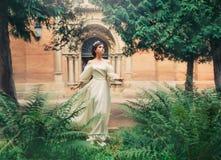 Wspaniały baśniowy princess w lekkiej biel sukni z otwartym ogołaca ramiona i pełni rękawy biegają zdala od kasztelu, dziewczyna obrazy stock