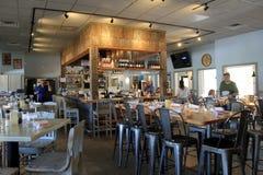 Wspaniały baru, łomotać teren z stołami w restauraci i, pomarańcze plaża, Alabama, 2018 Obrazy Royalty Free