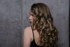 Wspaniały blondynka model w studiu obraz stock