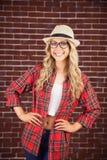 Wspaniały blondynka modniś ono uśmiecha się z rękami na biodrach Zdjęcie Stock