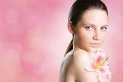 Wspaniały brunetki piękna strzał z kwiatem. Obrazy Stock
