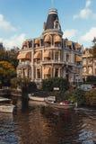 Wspaniały budynek Amsterdam kanałem zdjęcie royalty free
