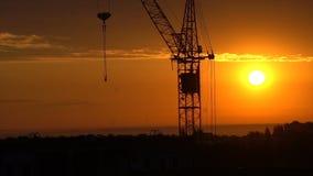 Wspaniały czerwony wschód słońca na tle dźwigowy Timelapse zbiory