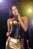Wspaniały dziewczyna śpiew na scenie obraz royalty free