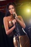 Wspaniały dziewczyna śpiew na scenie zdjęcie stock