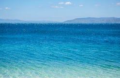 Wspaniały głęboki błękitny wody morskiej jaśnienie w słońcu Zdjęcie Stock