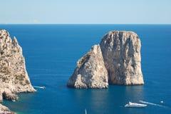Wspaniały krajobraz sławny faraglioni kołysa na Capri wyspie, Włochy Obrazy Royalty Free