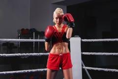 Wspaniały młody silnej i dysponowanej kobiety stażowy boks obrazy royalty free