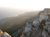 Wspaniały malowniczy halny Petri skłon w mgła krajobrazie Crimea z wierzchu góry z drzewami zdjęcia royalty free