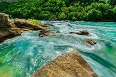 Wspaniały naturalny krajobrazowy widok Niagara Spada gnanie rzeka z dużymi skałami, dryluje tło obraz royalty free