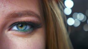 Wspaniały oko zamknięty w górę caucasian blondynki żeński patrzeć bezpośrednio przy kamery ogniskowaniem, demonstrujący zielony k zbiory wideo