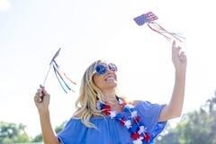 Wspaniały Patriotyczny blondynka modela Cieszyć się 4th Lipiec Festivi zdjęcie stock