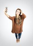 Wspaniały piękno bierze jaźń portret lub selfie z telefonem komórkowym Zdjęcia Royalty Free