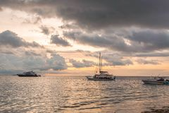 Wspaniały widok zmierzch na oceanie indyjskim, Maldives Niektóre łodzie na horyzont linii Zadziwiający natura krajobrazu tło Zdjęcie Royalty Free