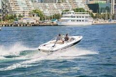 Wspaniały zadziwiający widok ludzie napędowej motorowej łodzi na jeziornym Ontario przy wysoką prędkością Obraz Royalty Free