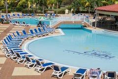 Wspaniały zadziwiający widok willi Kuba kurortu pływacki basen na słonecznym dniu Fotografia Stock