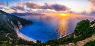 Wspaniały zmierzch nad najwięcej pięknego plażowego Myrtos, Kefalonia isla obrazy royalty free