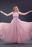 Wspaniała elegancka kobieta w modnej menchii ubiera Zdjęcie Stock