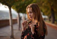 Wspaniała mody brunetka outdoors Zdjęcie Stock