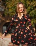 Wspaniała mody brunetka outdoors Zdjęcia Stock