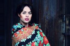 Wspaniała powabna rosyjska kobieta w kolorowej chuscie Zdjęcia Royalty Free