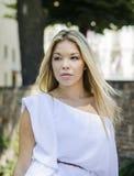 Wspaniały blondynki dziewczyny headshot outdoors Zdjęcia Stock