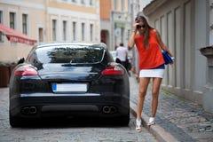 Wspaniały brunet blisko luksusowego samochodu zdjęcia stock