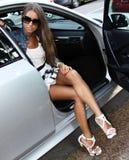 Wspaniały brunet w samochodzie obrazy stock
