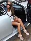 Wspaniały brunet w samochodzie obrazy royalty free