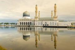 Wspaniały meczet z odbiciem na wodzie Obrazy Stock