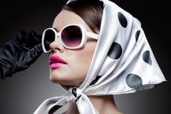 Wspaniała caucasian brunetka z okularami przeciwsłonecznymi Zdjęcia Stock