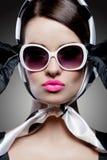 Wspaniała caucasian brunetka z okularami przeciwsłonecznymi Zdjęcie Royalty Free