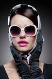Wspaniała caucasian brunetka z okularami przeciwsłonecznymi Zdjęcia Royalty Free