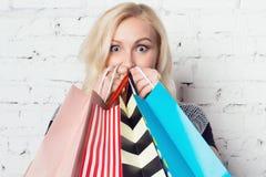 Wspaniała dziewczyna całkowicie szczęśliwa z nowymi zakupami Zdjęcie Stock