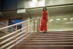 Wspaniali młodej dziewczyny odprowadzenia puszka schodki zdjęcie royalty free