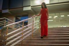Wspaniali młodej dziewczyny odprowadzenia puszka schodki zdjęcie stock