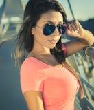 Wspaniali piękni młoda kobieta okulary przeciwsłoneczni Zdjęcia Royalty Free