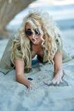 Wspaniali seksowni blondyny na plaży Zdjęcia Stock