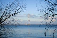 Wspiera 750 kV linie energetyczne przez szeroką rzekę zdjęcia royalty free