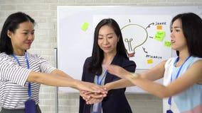 Wspierające kobiety pracujące w biznesie zajmującym stanowiska zdjęcie wideo