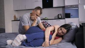 Wspierający mąż pociesza przygnębionej żony zbiory