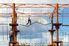 Wspinać się dzieciaków w arkana parku Obraz Royalty Free