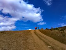 Wspinać się i stać przy wierzchołkiem góra fotografia royalty free