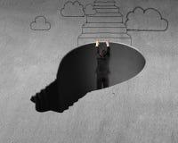 Wspinać się out od lampowej kształt dziury Obraz Stock