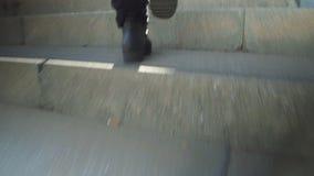 Wspinać się schodki, niskiego kąta strzał zbiory wideo