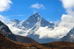 Wspina się Ama Dablam wśród chmur, sposób Everest podstawowy obóz Zdjęcia Stock