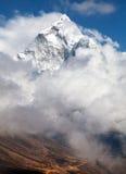 Wspina się Ama Dablam wśród chmur, sposób Everest podstawowy obóz Zdjęcia Royalty Free
