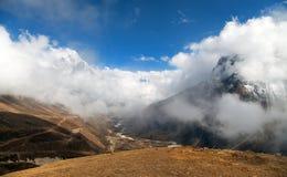 Wspina się Ama Dablam wśród chmur, sposób Everest podstawowy obóz Obrazy Stock