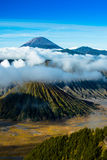 Wspina się Bromo z mgłą i chmurny na kraterze Fotografia Stock