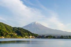 Wspina się Fuji i niebieskie niebo przy kawaguchiko jeziorem Japan zdjęcie royalty free